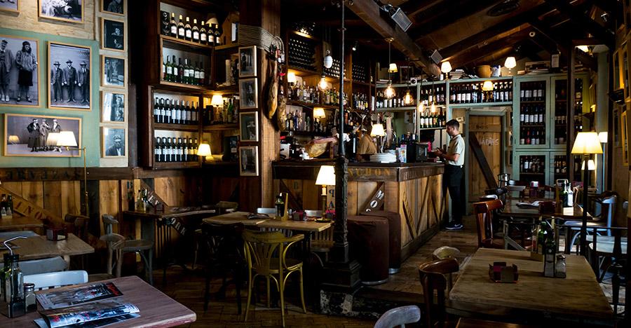 Restaurantinrichting met wijn in rekken